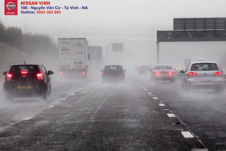 Lái xe đường ngập lụt cần chú ý