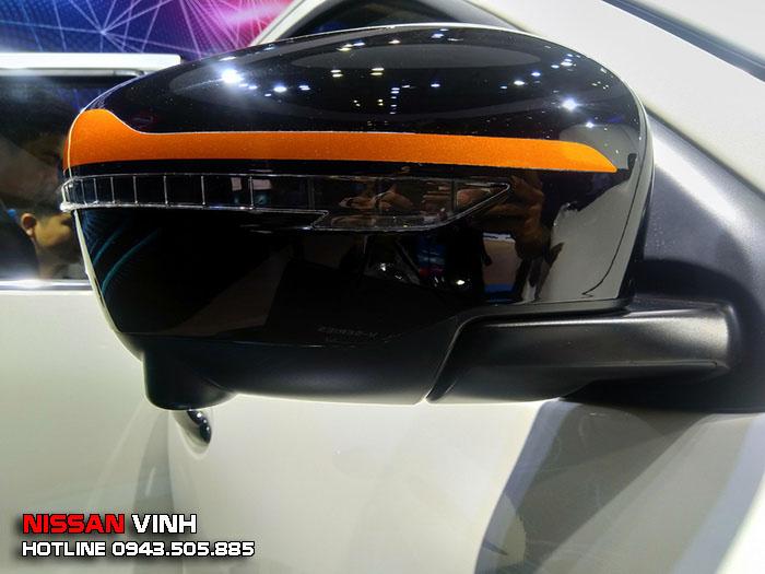 Gương chiếu hậu trên Navara Black Edition sơn đen đi kèm mảng tem màu cam, ngoài ra còn tích hợp đèn LED báo rẽ và camera của hệ thống quan sát 360 độ quanh xe