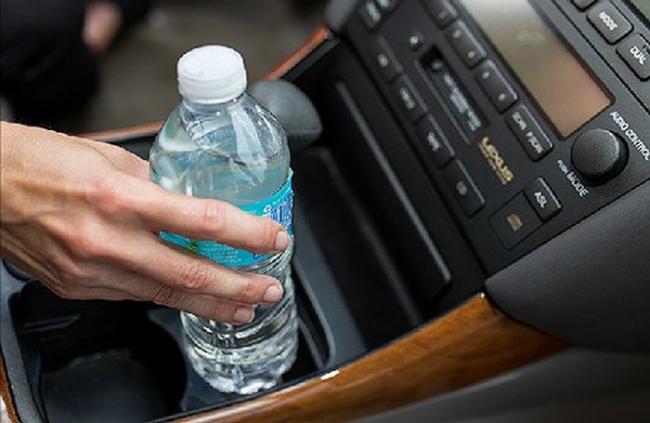 Đồ nhựa không nên để trong ô tô khi trời nắng nóng
