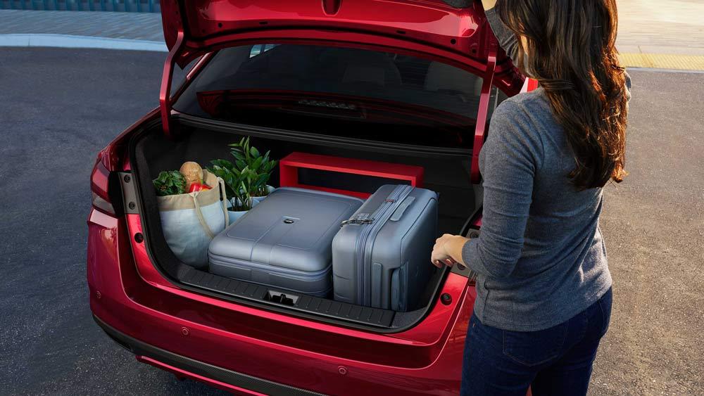 Cốp chứa đồ rộng đến 490l thực sự là ưu thế của Nissan Almera mà không phải hãng xe nào cũng có. Khoang chứa đồ cốp sau rộng hơn, giúp cho các bà nội chợ hay những chuyến đi dài không còn là vấn đề khi bạn và gia đình đã có 1 chỗ chứa đồ vô cùng rộng rãi và an toàn.